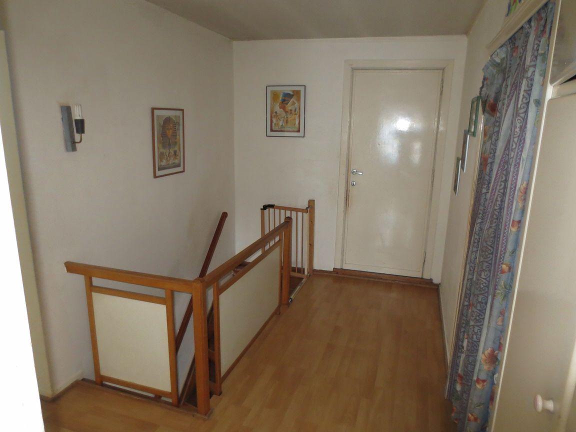 Zeer ruime woning met 4 slaapkamers en garage.